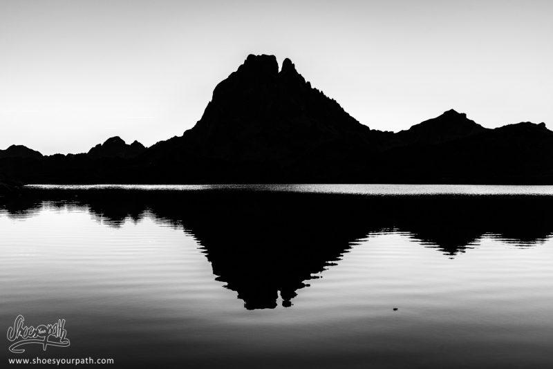 Dernier Regard Sur Les Réflexions Du Pic Du Midi D'Ossau Dans Le Lac Gentau Avant De Reprendre La Randonnée - France, Occitanie
