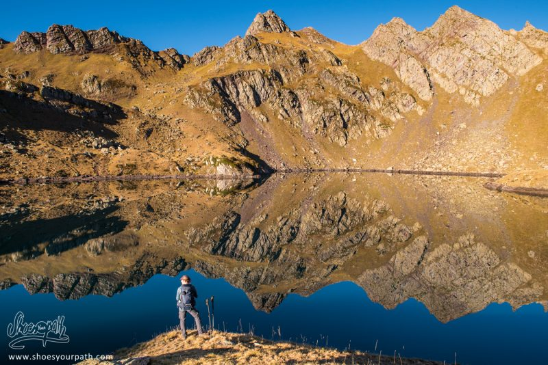 Réflexions Parfaites Le Long De La Randonnée De La Boucle Des Lacs D'Ayous - France, Occitanie