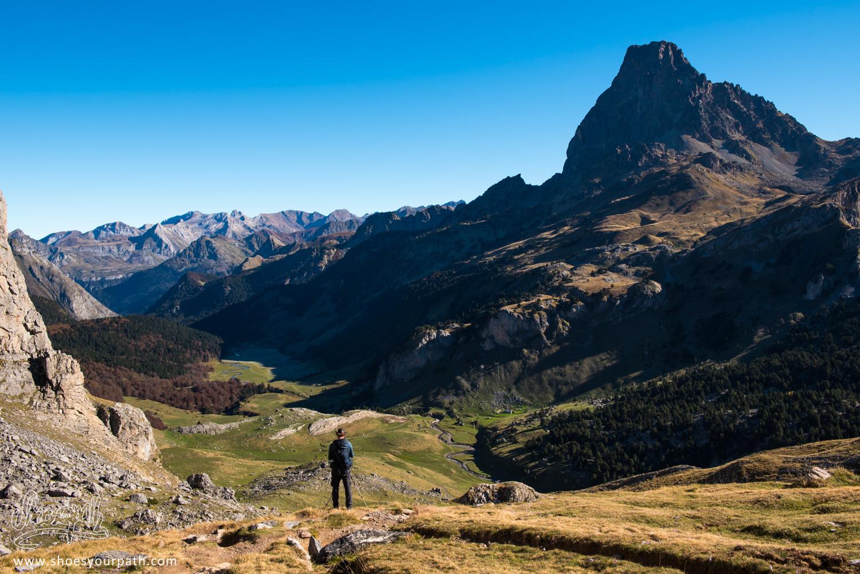 Retour vers la vallée du Pic du Midi d'Ossau après la randonnées de la boucle des Lacs d'Ayous - France, Occitanie