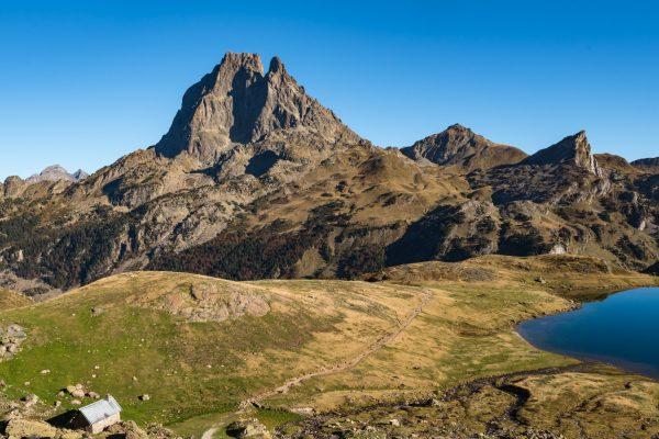 Le Pic Du Midi D'Ossau, Veillant Sur Un Petit Refuge Et Un Des Lacs D'Ayous - France, Occitanie
