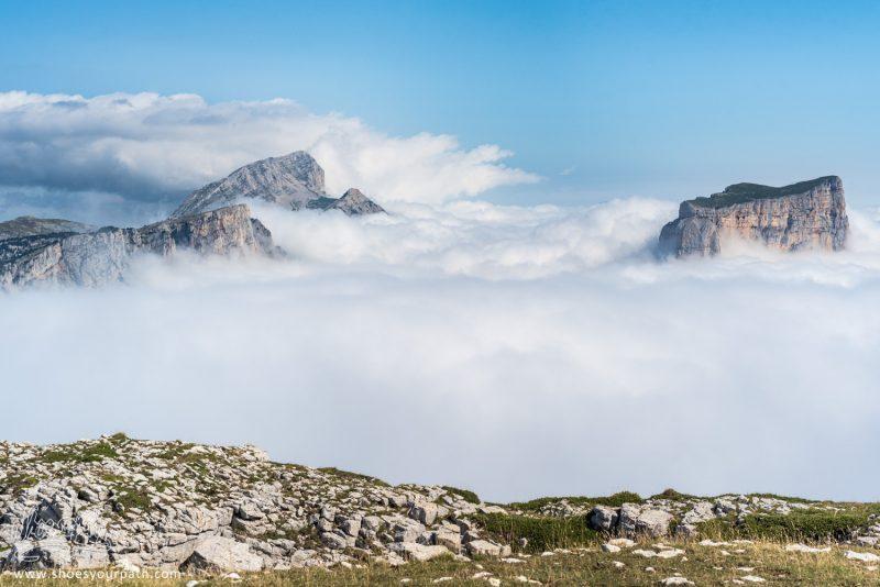 Sur Les Bords Du Plateau Du Vercors. Mer De Nuages Sur Le Mont Aiguille