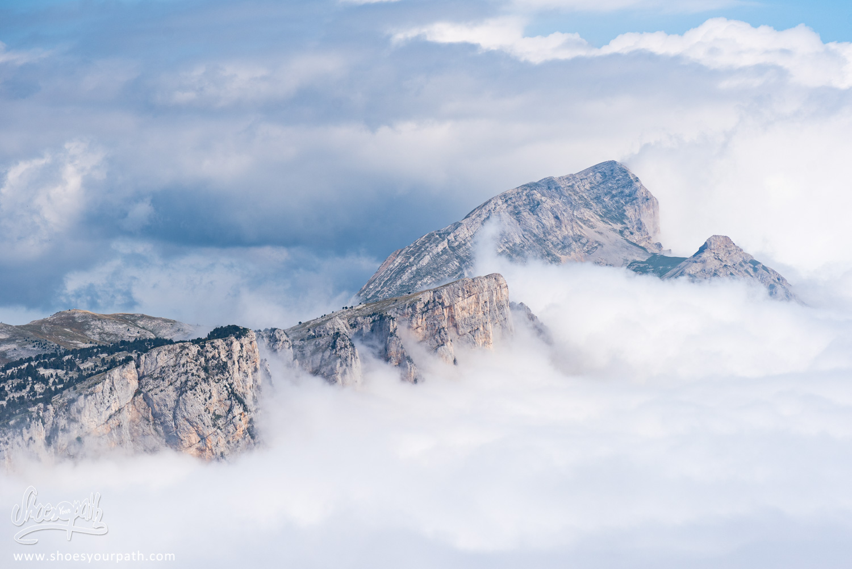 Océan de nuage s'éclatant sur les rochers du Vercors