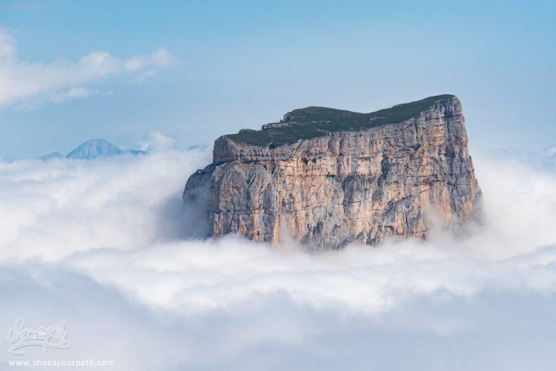 Le Sommet Plat Du Mont Aiguillet Perdu Dans Les Nuages