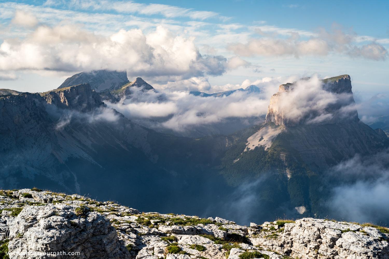 Le Mont Aiguille et son voile de nuages fin au coucher de soleil