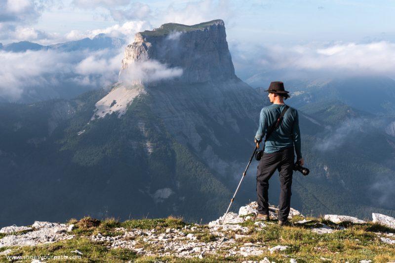 Sur Les Bord Du Plateau Du Vercors, Quentin Admire La Vallée En Contrebas.