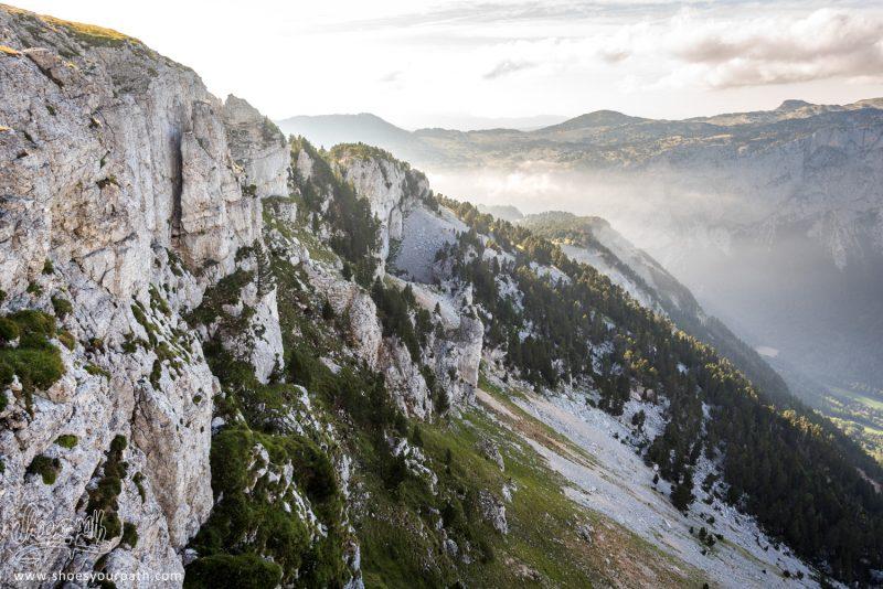 Le Soleil Déclinant Dore Les Roches Des Falaises Du Plateau Du Vercors