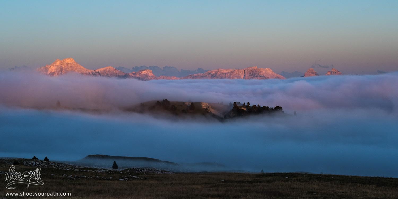 Dernières lueurs du jour sur les montagnes au loin dans le Vercors