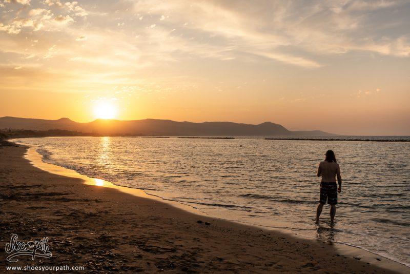 Au Camping, Nous Profitons Du Coucher De Soleil Sur La Péninsule D'Akamas
