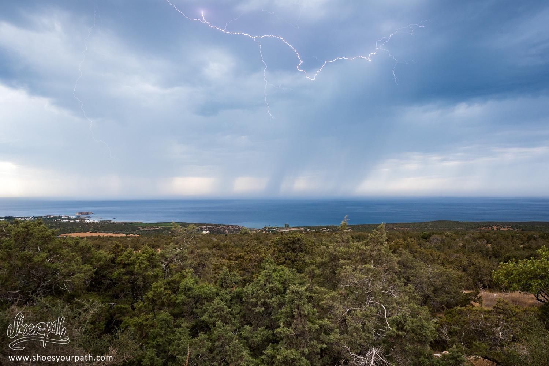 L'orage zébran le ciel au dessus le l'océan, au cours de notre randonnée dans les gorges d'Avakas