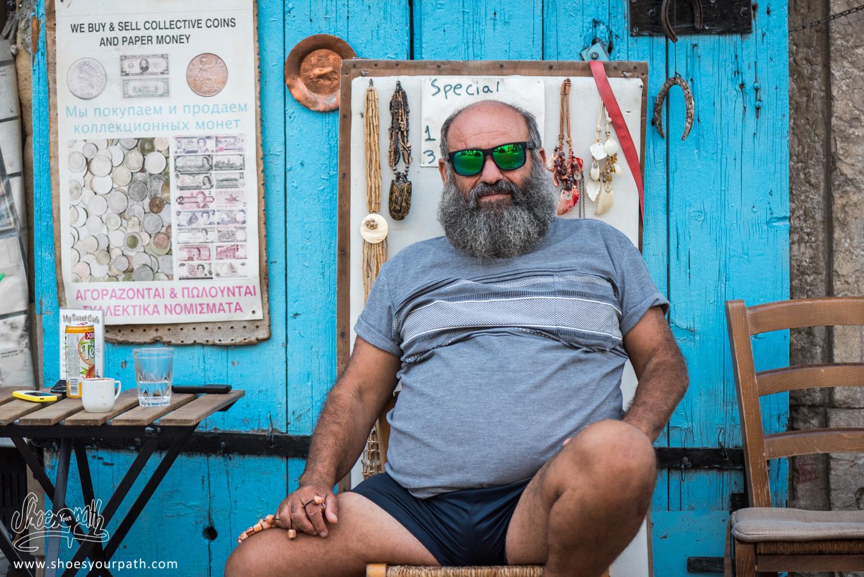 Portrait d'un chypriote posant avec les lunettes de Quentin