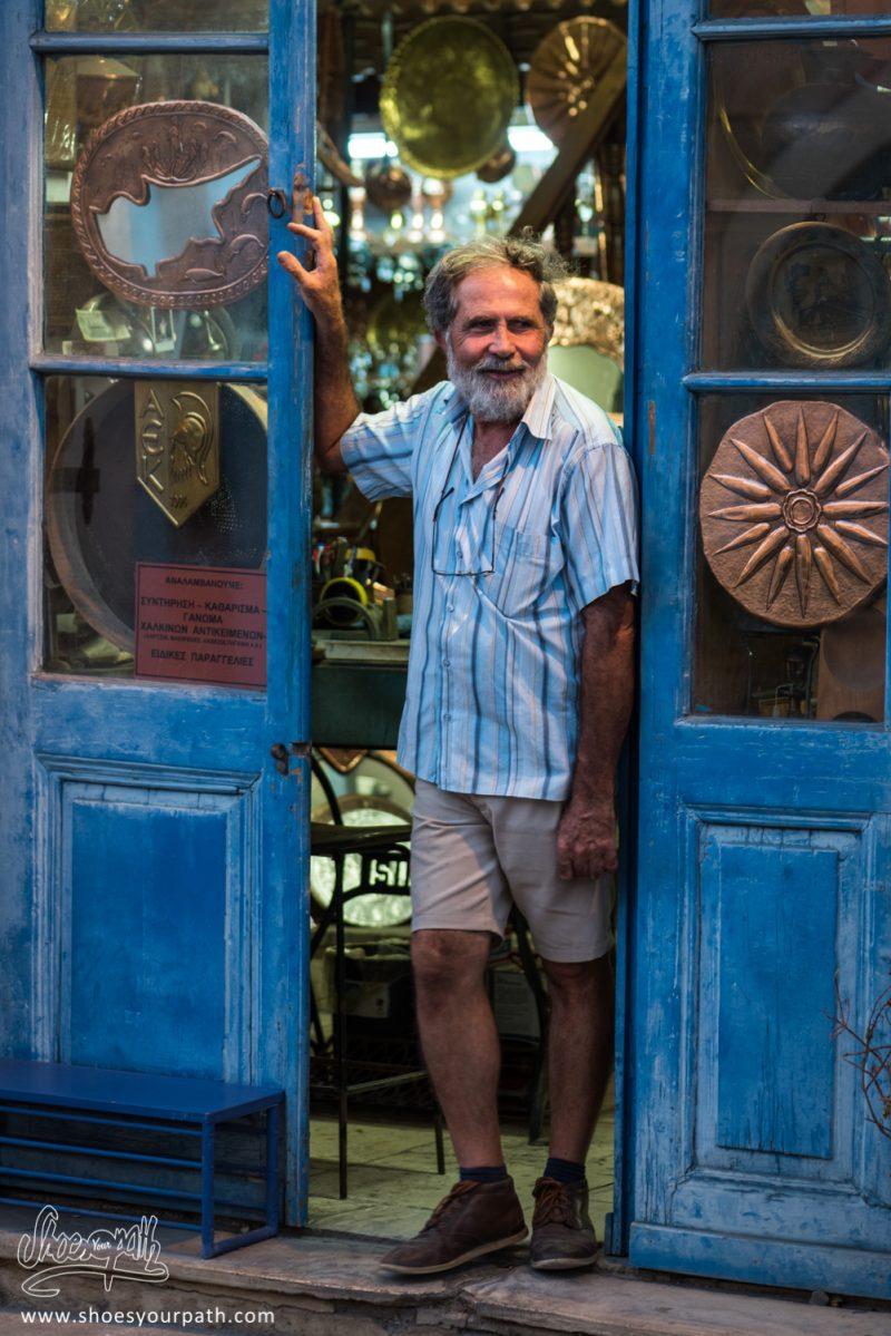 Portrait D'un Vendeur D'artisanat En Cuivre à La Tombée De La Nuit Dans Les Rues Du Vieux Larnaca - Chypre