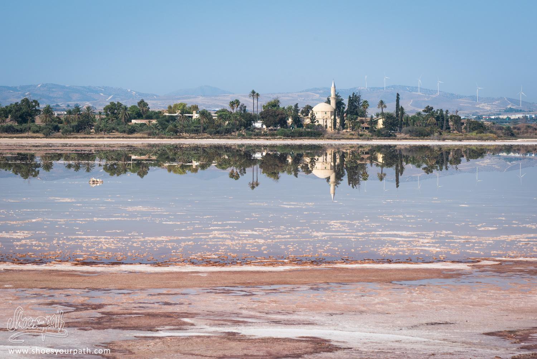 Mosquée Hala Sultan Tekke se reflètant dans le lac de sel à Larnaca - Chypre