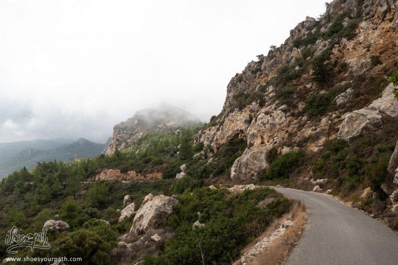 Descente Sur La Petite Route Sinueuse De L'autre Côté De La Chaîne De Kyrenia