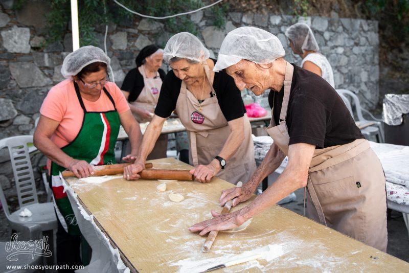 Atelier De Préparation Des Petites Crêpes Frites Lors Du Festival De La Pomme De Kyperounta
