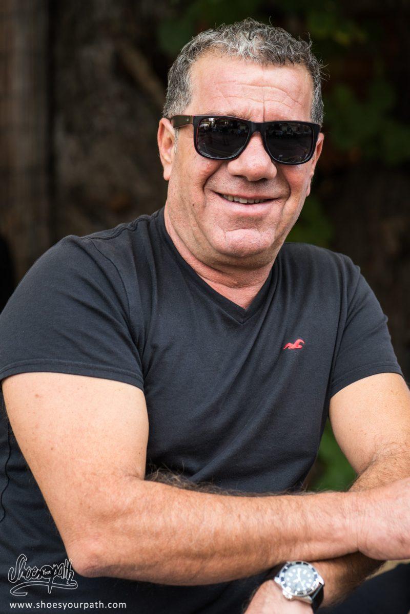 Un Homme Chypriote Profitant Du Spectacle Lors Du Festival De La Pomme De Kyperounta