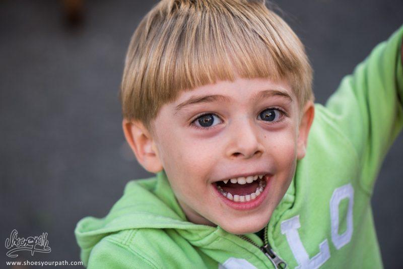 Portrait D'un Enfant Amusé Par Nos Appareils Photos