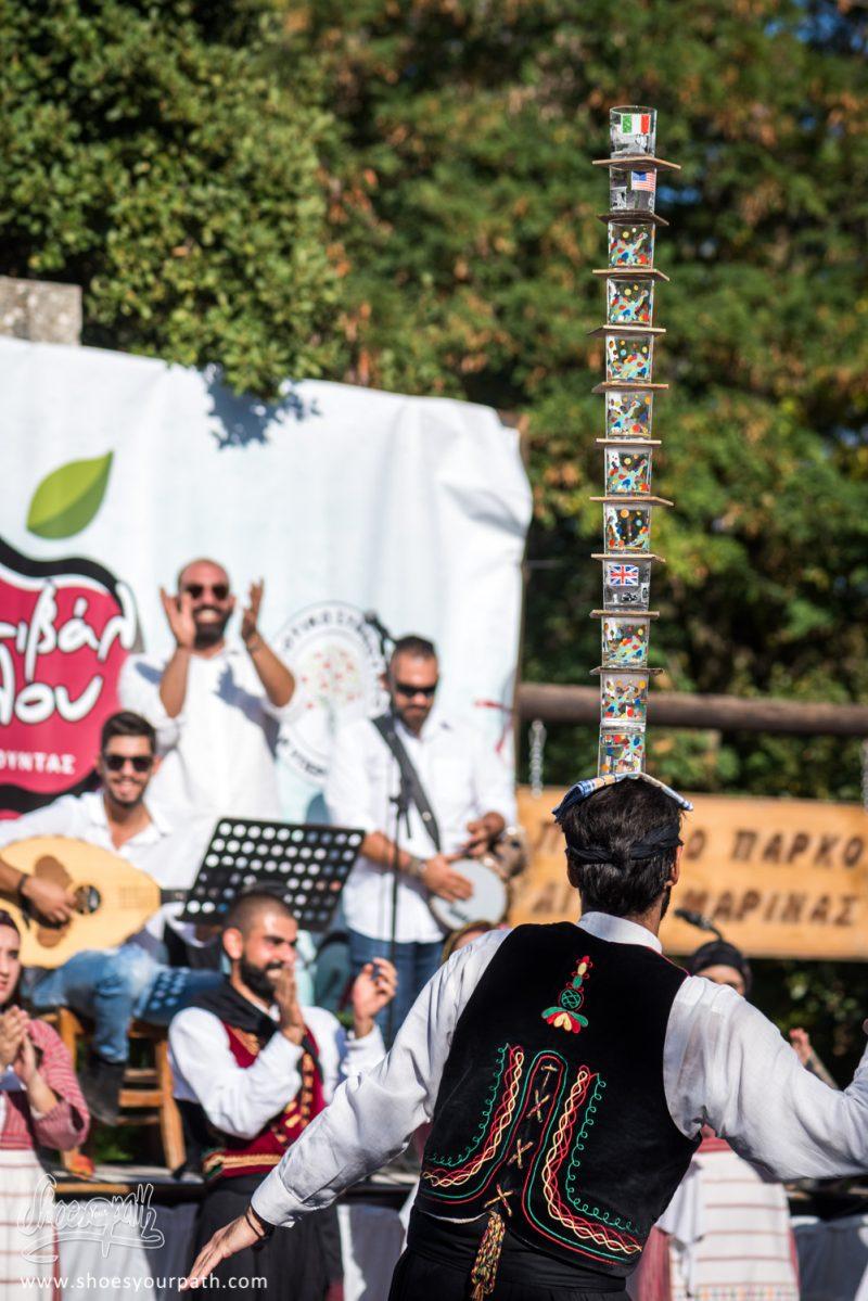 Le Rituel Des Verres En équilibres Lors Des Danses Traditionnelles De Chypre