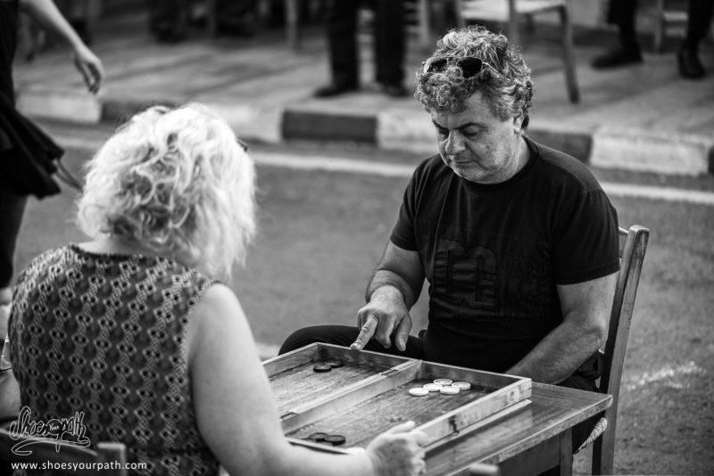 Un Homme Et Une Femme Engagés Dans Une Partie De Backgammon Dans Les Rues De Kyperounta