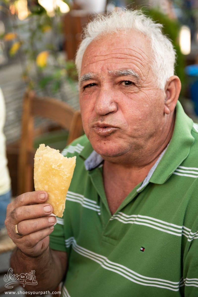 Portrait D'un Ancien Dégustant Un Pancake Frit Lors Du Festival De La Pomme à Kyperounta