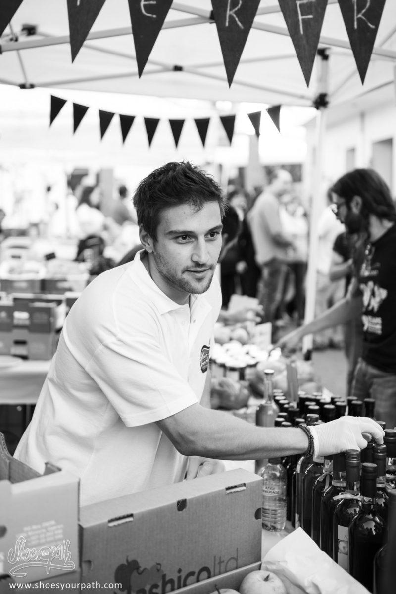 Un Vendeur Sur Un étal Durant Le Festival De La Pomme à Kyperounta