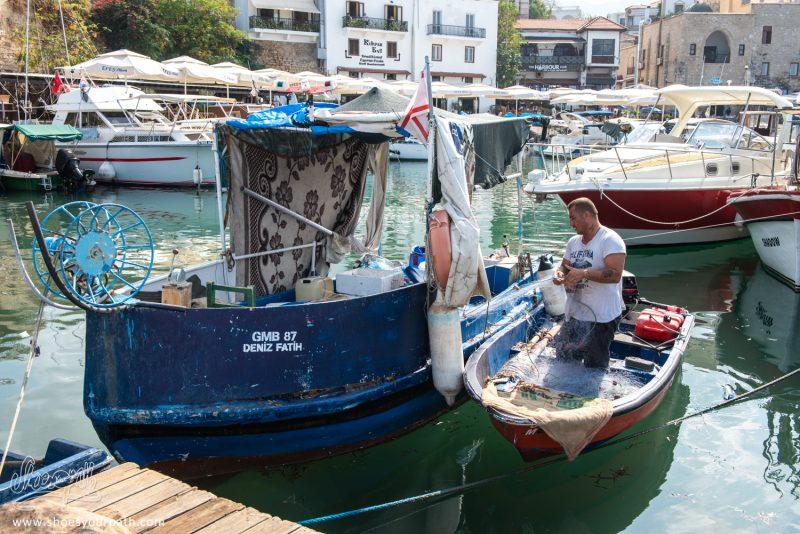 Un Pêcheur De Kyrenia Préparant Sa Sortie En Mer