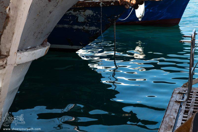 Reflets De Coques De Bateaux Dans L'eau Du Port De Kyrenia