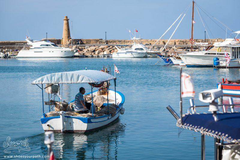 Un Pêcheur S'apprêtant à Sortir En Mer Depuis Kyrenia
