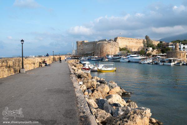 Sur La Jetée Du Port De Kyrenia, Avec L'imposante Forteresse En Fond