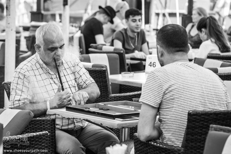 Dans Un Restaurant, Deux Hommes S'affrontent Au Backgammon