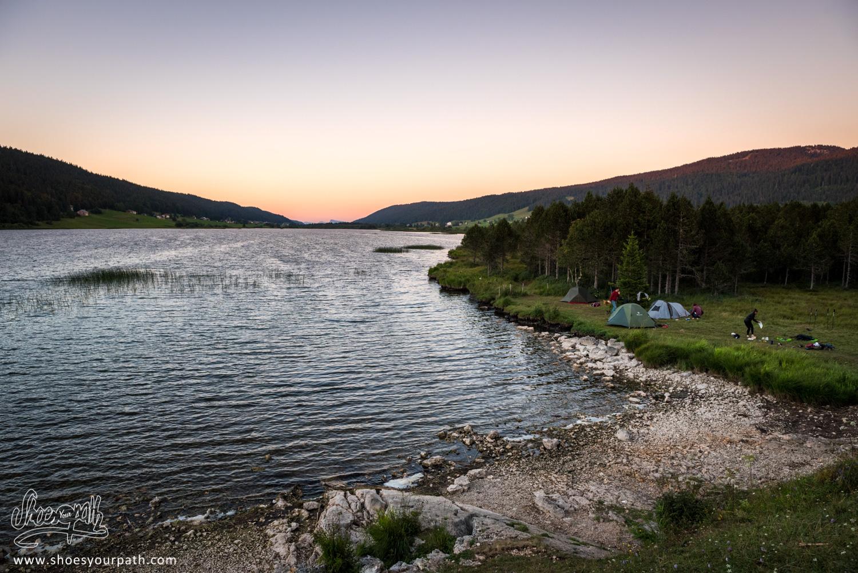Camping en toute illégalité sur les berges du Lac de Rousses. Finalement c'est pas mal :)