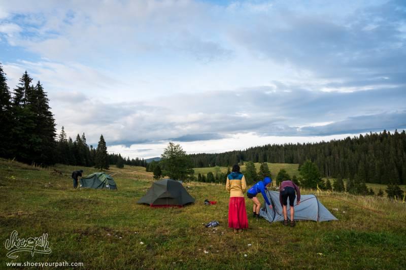 Installation Du Campement Dans Les Champs De Toinette Et Roger